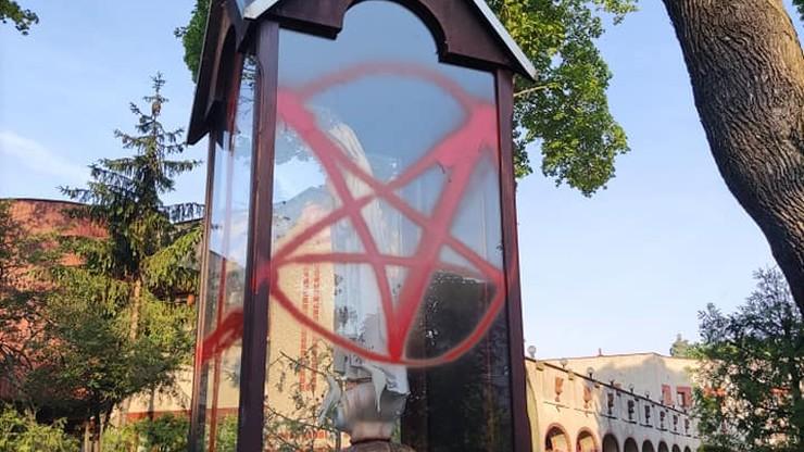Szczecin. Dochodzenie ws. profanacji figur przed kościołem