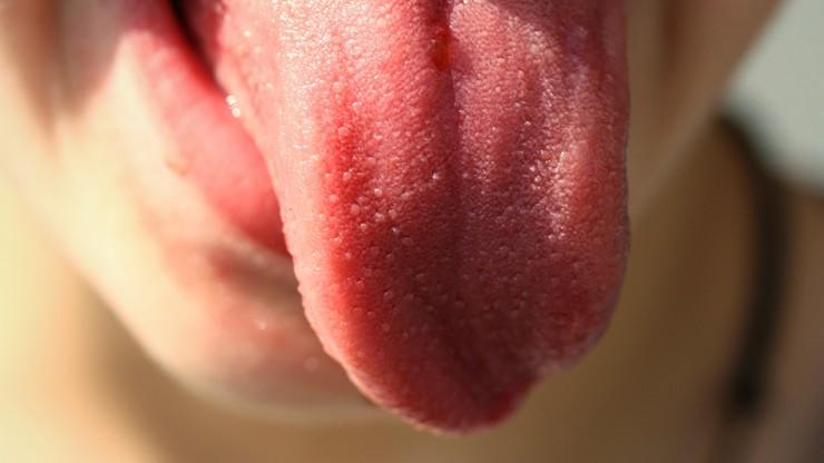 Codzienne mycie języka zmniejsza zagrożenie zakażeniem koronawirusem