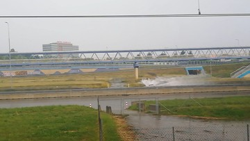 Front burzowy na Mazowszu. Zalany węzeł drogowy w Warszawie [WIDEO]