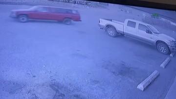 W momencie, gdy rabował sklep, ktoś ukradł mu auto. Jest nagranie z monitoringu