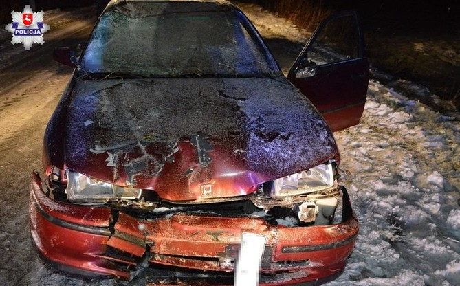 Rowerzysta nie miał świateł, został ranny, gdy wpadł wprost na samochód nadjeżdżający z przeciwka.