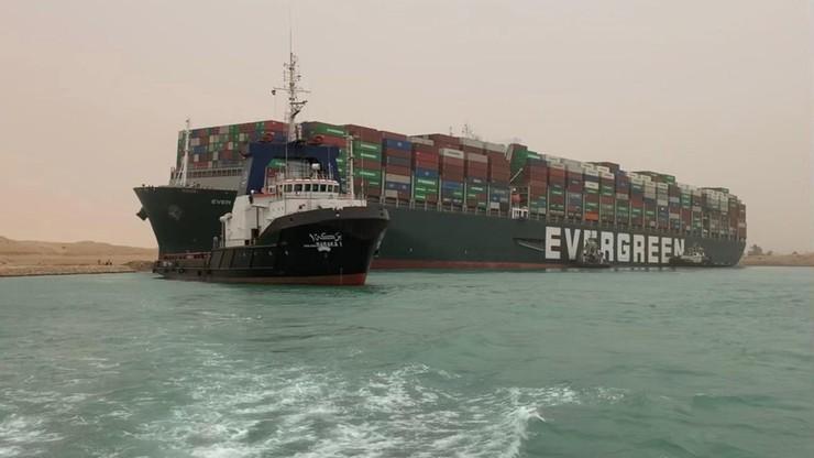 Zablokowany ruch na Kanale Sueskim. Ogromny kontenerowiec obrócił się bokiem i utknął