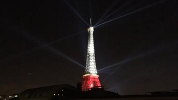 Biało-czerwona wieża Eiffla. Gratulacje na budynkach w Warszawie