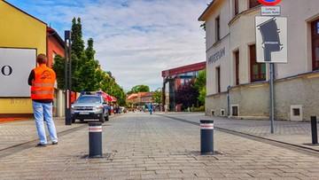 Kierowca chciał wjechać na rynek w Jaworznie. Nadział się na automatyczne słupki, broniące wjazdu