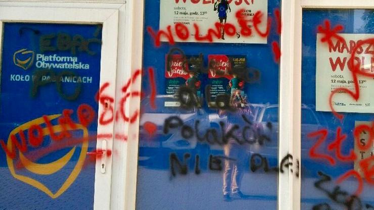 """""""Polska dla Polaków, nie dla złodziei"""". Nieznani sprawcy pomalowali wejście do biura posłów PO"""