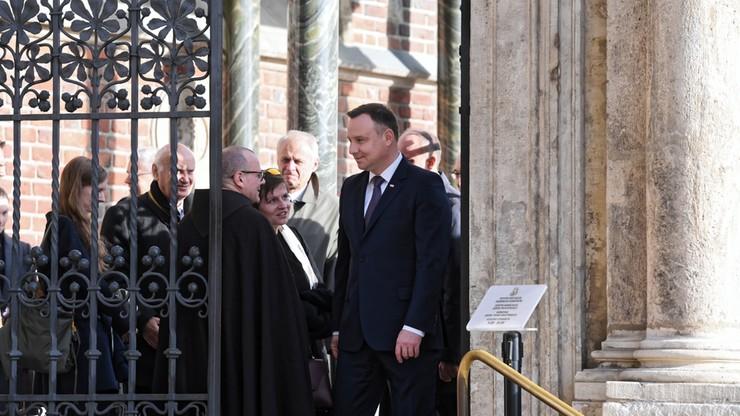 Prezydent Andrzej Duda modlił się przy sarkofagu Lecha i Marii Kaczyńskich w Krakowie
