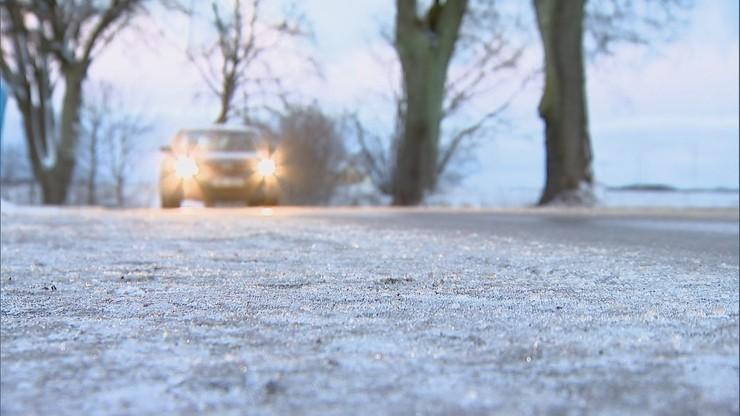 Mgły i śliskie drogi. Ostrzeżenia dla kierowców