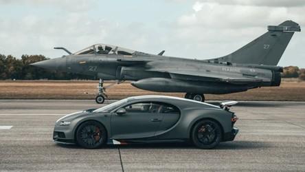 Zobacz niesamowity wyścig Bugatti Chirona z myśliwcem Dassault Rafale [WIDEO]