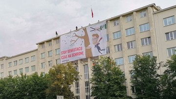 """""""Stop dewastacji, czas na ochronę"""". Aktywiści wywiesili baner na budynku ministerstwa"""