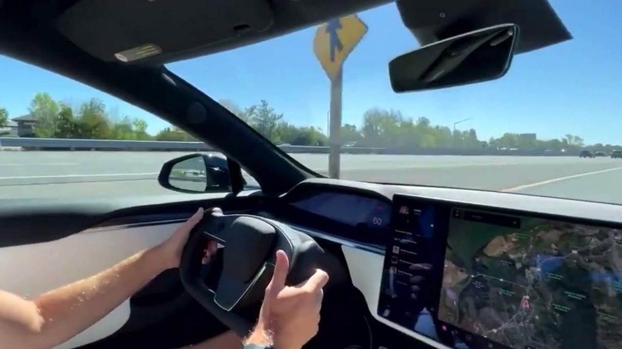 Zobacz, jak rodzinna Tesla Model S Plaid miażdży na torze McLarena P1 [WIDEO]