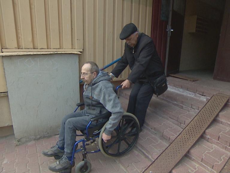 Prezes spółdzielni testował podjazd. Niepełnosprawny spadł z wózka!
