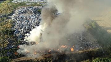 Dogaszanie pożaru wysypiska w Mostkach. Z ogniem walczyło ponad 130 strażaków