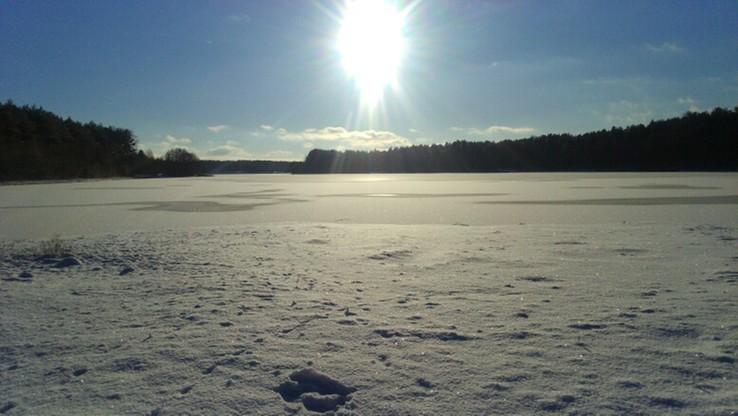 Zimowy krajobraz Borów Tucholskich. Jezioro Okonińskie.