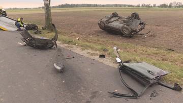 Tragiczny wypadek w Wielkopolsce - samochód uderzył w drzewo. Zginęły dwie osoby