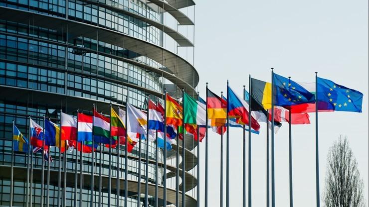Brytyjscy europosłowie zachowują mandaty, ale mogą stracić stanowiska