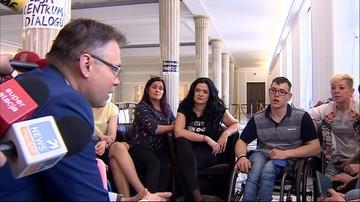Poseł PiS Arkadiusz Mularczyk spotkał się w Sejmie z protestującymi rodzicami