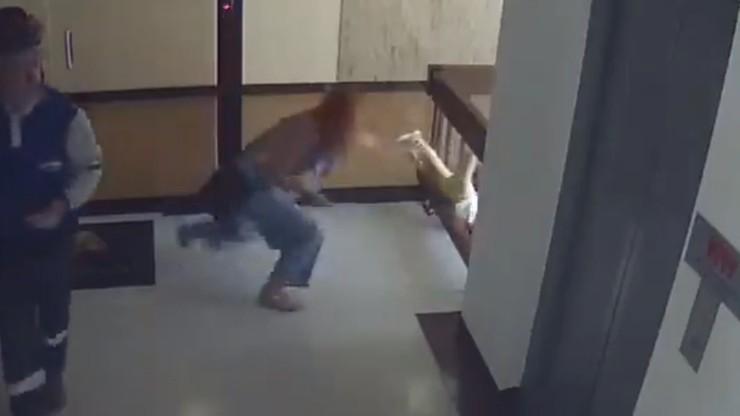 Dziecko przechyliło się przez barierki i zaczęło spadać. Matka rzuciła się na ratunek