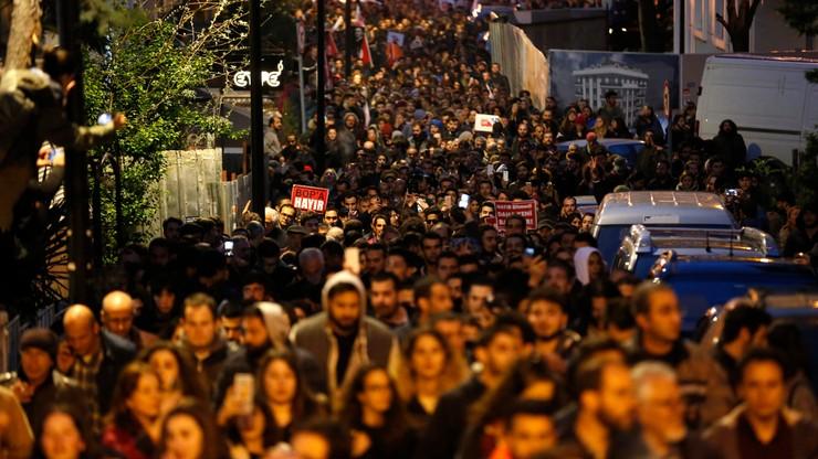 """""""Złodziej, morderca, Erdogan"""". W Turcji kolejne protesty przeciwko wynikowi referendum"""
