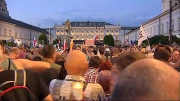 """""""Będziesz siedział"""", """"Zdrajca stanu"""". Protest przed Pałacem po podpisaniu nowelizacji ustaw sądowych"""