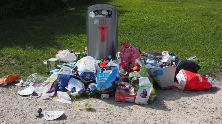 Minister środowiska: Warszawie grozi paraliż śmieciowy. Ratusz: odpady będą odbierane normalnie