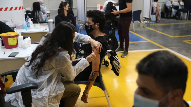 Izrael. Szczepieniami przeciwko Covid-19 objęto już młodzież