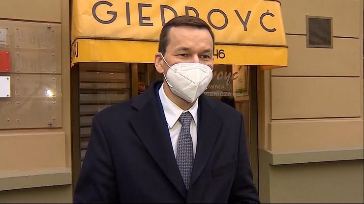 """Premier zareagował na materiał """"Raportu"""". Odwiedził pracownię naprawy rękawiczek w Warszawie"""
