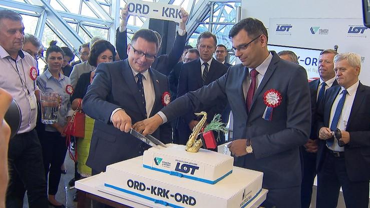 Uroczystość z okazji uruchomienia nowego połączenia. Nie mogło obyć się bez tortu.
