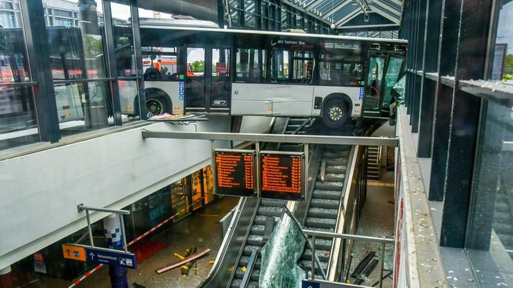 """Autobus zawisł nad ruchomymi schodami. """"Spektakularny wypadek na dworcu"""""""
