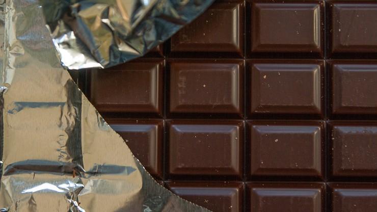 Ukradł 11 czekolad i wybił szybę w sklepie. Sprawa trafi do sądu