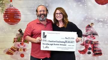 Znaleźli los na loterię podczas świątecznych porządków. Wygrali 1,8 mln dolarów