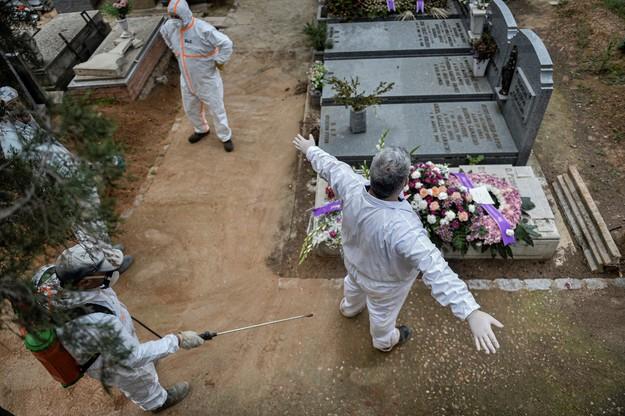 Przygotowania nowych grobów na cmentarzu w Hiszpanii