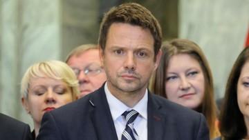 """Trzaskowski o problemach z """"500 plus"""": rząd przekazuje pieniądze samorządom w ostatniej chwili"""