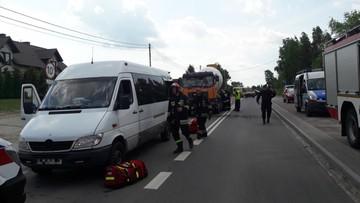 Betoniarka wjechała w tył busa. Sześć osób rannych