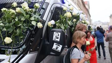 """Białe róże i okrzyki """"Lech Wałęsa"""". Kontrmanifestacja do obchodów miesięcznicy smoleńskiej"""