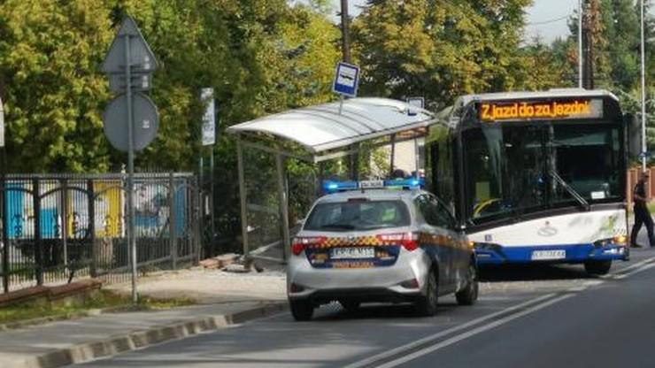 Autobus wjechał w przystanek. Wiatę wyrwało z chodnika [ZDJĘCIA]