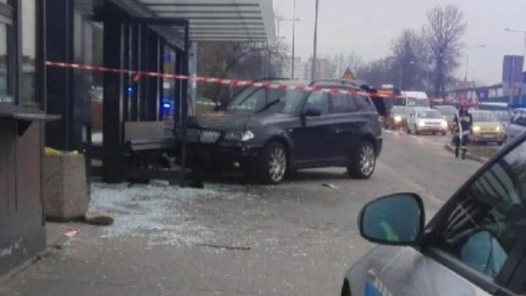 Pijany kierowca wjechał w przystanek. Jedna osoba nie żyje, są ranni