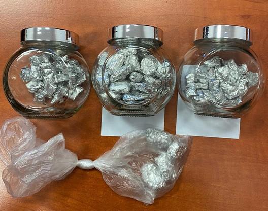 26-latek trzymał niedozwolone substancje w słoikach i workach