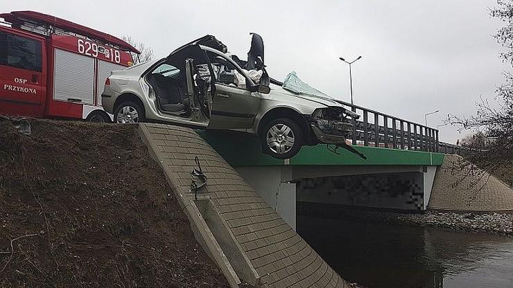 Samochód wisiał nad nurtem. W środku ranna kobieta