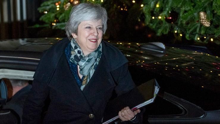 Premier Theresa May pozostanie na stanowisku. Obroniła się przed wotum nieufności