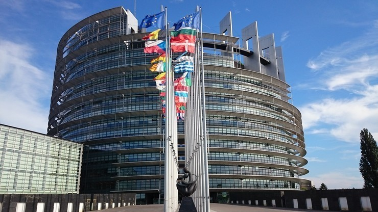 Pieniądze powiązane z praworządnością? PE przyjął rezolucję