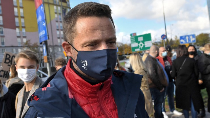 Trzaskowski: rząd podbiera medyków do pracy w szpitalu tymczasowym