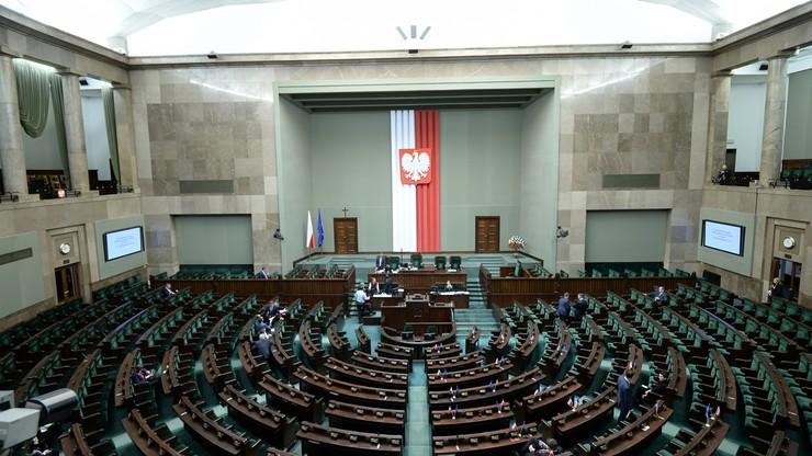 Ponad połowa Polaków uważa, że demokracja w Polsce jest zagrożona
