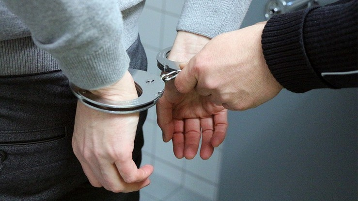 Podejrzany z kajdankami na rękach uciekł policjantom. Sąd uznał, że są niewinni