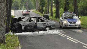 Samochód uderzył w drzewo i doszczętnie spłonął. Kierowcę i pasażera z auta wyciągnął żołnierz jadący do pracy