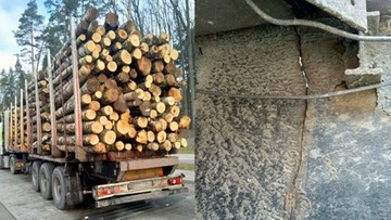 Pęknięta naczepa, a na niej 20 ton drewna
