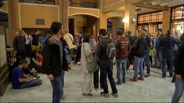 Katalończycy blokują lokale wyborcze. Chcą zapobiec ewentualnym działaniom policji