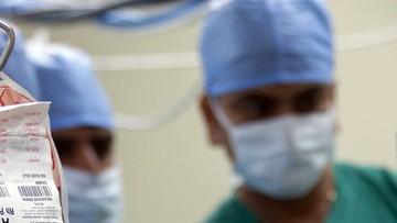 Koronasceptycy z Covid-19 obrażają leczących ich lekarzy