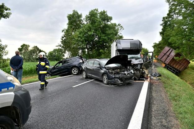 W miejscowości Magnice zderzyło się pięć samochodów osobowych, dwa busy i ciężarówka