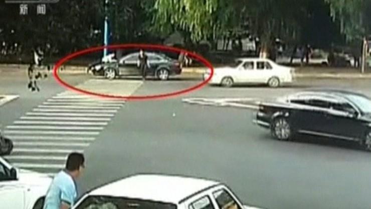Policjant ponad kilometr jechał na masce samochodu