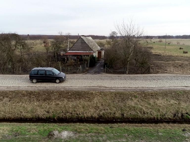Fatalna jakość drogi niszczy pobliskie domy. Remontu nie będzie